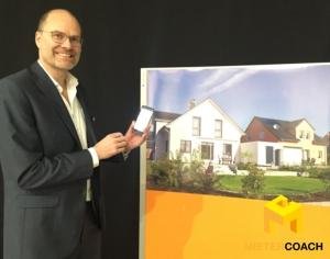 Sprengnetter-Geschäftsführer Marc Stilke präsentiert die neue App, indem er live eine imaginäre Immobilie bewertet